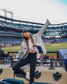 cute, casual, everyday look Baseball Game Outfits, Baseball Jersey Outfit, Summer Outfits, Cute Outfits, Game Day Outfits, Poses Photo, Foto Casual, Photo Portrait, Instagram Pose