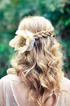 Braided with flower on the side and loose curls - bridesmaid hair Curly Bridal Hair, Simple Bridal Hairstyle, My Hairstyle, Pretty Hairstyles, Braided Hairstyles, Wedding Hairstyles, Hairstyle Ideas, Braided Updo, Hairstyles 2016