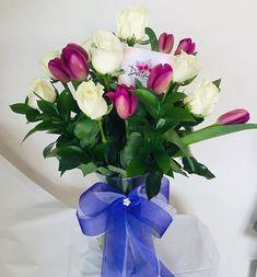 Combinación en rosas y tulipanes #rosas #diadelamujer #yosoydettaglios #dettaglios #tulipanes Glass Vase, Table Decorations, Furniture, Instagram, Home Decor, Homemade Home Decor, Home Furnishings, Decoration Home, Arredamento