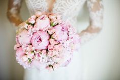 Bukiety ślubne z piwonii są ostatnio bardzo modne wśród panien młodych. Te piękne i duże kwiaty są bardzo romantyczne i eleganckie. Zobacz naszą galerię.
