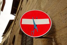 The popular street art of the artist Clet: how he changed the traffic sign landscape in Florence, Italy. Funny Street Signs, Mind The Gap, Guerrilla, Urban Art, Art Google, Illusions, Sculptures, Give It To Me, Italy