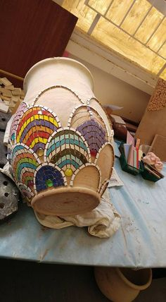 Fish scale mosaic design on a shapely flower pot. Photo by Yehudit Barak.Go to gym dandy and find plates and bowls and cups to break and create withMosaic vase work in progressLike this design, could try in colors also - Salvabrani Mosaic Planters, Mosaic Garden Art, Mosaic Tile Art, Mosaic Vase, Mosaic Flower Pots, Mosaic Artwork, Mosaic Crafts, Mosaic Projects, Pebble Mosaic