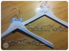 http://www.lacasitadecuqui.es/2012/12/perchas-personalizadas-antia-y-martin/
