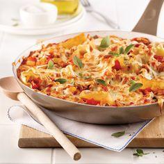 Mets réconfortant par excellence, la lasagne pèche parfois par un excès de calories. L'utilisation d'un poêlon permet ici de limiter la quantité de pâtes consommées pour mieux faire le plein de légumes. Et on dit «oui» à la volaille comme protéine maigre! Chow Mein, Pizza Legume, Cannelloni, One Pot Pasta, Spaghetti Sauce, Mets, Thai Red Curry, Macaroni And Cheese, Casserole