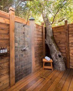 Uma casa de banho ao ar livre pode ser uma adição maravilhosa ao seu quintal, seja usando para enxaguar depois de nadar na piscina,…