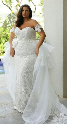 Plus size mermaid lace wedding gown with detachable organza skirt. WENDY. STUDIO LEVANA. 2018