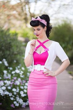 Another pinup look I love. I don't wear much pink, but if the outfit is right, I don't mind. Pin Up Vintage, Retro Pin Up, Look Vintage, 50s Pin Up, Vintage Party, Retro Vintage, Mode Rockabilly, Rockabilly Fashion, Retro Fashion