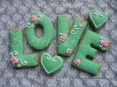 Love cookies~ By sandrini kolacici, green letters Fancy Cookies, Iced Cookies, Cute Cookies, Royal Icing Cookies, Yummy Cookies, Cupcake Cookies, Sugar Cookies, Valentines Day Cookies, Birthday Cookies