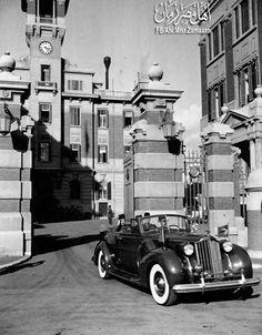 لقطة للملك فاروق في سيارته أثناء خروجه من قصر عابدين بالقاهرة تقريبا سنة 1938