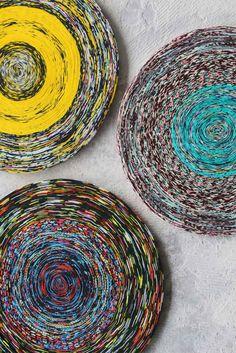 Post Vlisco is het resultaat van onderzoek naar nieuwe toepassingen met textielafval van Vlisco. Door het complexe fabricageproces van de textielproducent ontstaat er een grote hoeveelheid materiaal dat niet wordt goedgekeurd voor de verkoop. Uit deze kwalitatief hoogwaardige doeken ontwikkelde Post een nieuw product dat dezelfde schoonheid heeft als het originele doek. | https://www.dutchdesignawards.nl/nl/gallery/product/post-vlisco-carpet/