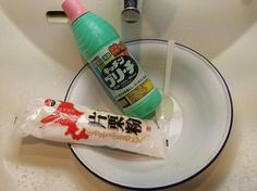 Paste made of equal quantities of bleach and katakuriko (potato starch) to get rid of mould in bathroom seals Cleaning Solutions, Cleaning Hacks, Diy Hacks, Get Rid Of Mold, Mold In Bathroom, Natural Cleaners, Diy Organization, Clean Up, Washer And Dryer