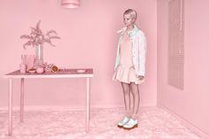 Pink Monochromatic Sceneries – Précédemment présentée pour ses mises en scène monochromes et enfantines, Carolina Mizrahi nous révèle aujourd'hui sa nouvelle série « Avatar » réalisée pour le Old Tat Magazine. Ce projet tout en rose dénonce avec esthétisme à quel point internet peut façonner une identité totalement virtuelle aux individus tout en les déconnectant de la réalité.