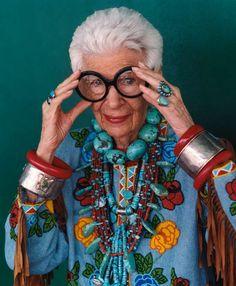 ris Apfel es toda una personalidad en la industria de la moda, en la textil, y diseño de interiores. A sus 88 años sigue siendo una influencia de la cultura visual por diseñadores, críticos de moda y publico en general.