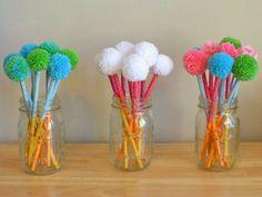 Lápis decorado com pompons