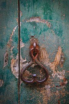 Cast iron knocker on a weathered old green door in Noto, a town in Sicily, Italy. Pic by Michael Paul for Condé Nast Traveller Old Doors, Windows And Doors, Front Doors, Door Knobs And Knockers, Door Fittings, Vintage Doors, Door Accessories, Unique Doors, Door Design