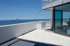 Vista inacreditável de um terraço minimalista à beira mar.   https://www.homify.com.br/livros_de_ideias/25984/8-terracos-maravilhosos
