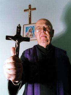 """Pe. Amorth - Quando foi inventada a televisão, o Padre Pio ficou furioso. E a quem lhe dizia que se tratava de uma magnífica invenção, ele respondia: """"Verá que uso farão dela!"""" Com efeito, a TV é corrupção da juventude e igualmente dos velhos! Ouso acrescentar: é também a corrupção dos padres, dos sacerdotes e das freiras. Com os espetáculos contínuos de sexo, de horror, de violência… A Internet é ainda pior, a Internet é ainda pior, repito."""