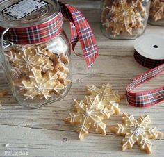 Galletas estrellas de navidad- I don't really speak any Spanish, but these looked so good I had to rush off for a translation :) Christmas Food Gifts, Christmas Mood, Noel Christmas, Christmas Desserts, Cheap Christmas, Christmas Decor, Cupcake Cookies, Christmas Cookies, Snow Cookies