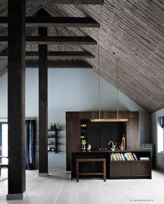 De keuken van fotograaf Mikkel Adsbøl is deel van de huiskamer - ontworpen en uitgevoerd door Københavns Møbelsnedkeri in gerookt eiken. Lamp van cphlighting