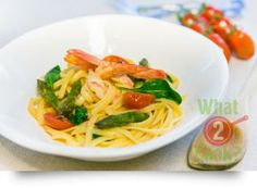 Linguine and Prawns, in a spicy sauce with asparagus & spinach: An Asian twist to an Italian classic pasta Seafood Dishes, Fish And Seafood, Pasta Dishes, Prawn Linguine, Spicy Prawns, Spicy Sauce, What To Cook, Asparagus, Entrees