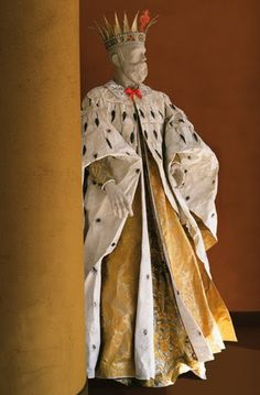 Cosme Ier de Médicis by Isabelle de Borchgrave, Paper costume of Cosme de Medici inspired by a portrait painted by Ludovico Cardi (Palazzo Medici Riccardi, Florence). Costume created in May Dimensions : 103 cm x 92 cm x 178 cm. Paper Fashion, Fashion Art, Fashion Sewing, Paper Clothes, Paper Dresses, Palazzo, Theatre Costumes, Isabelle, Painted Paper
