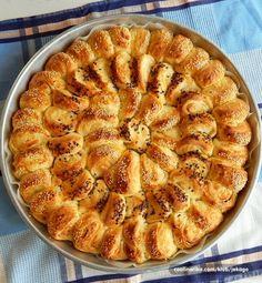 Lisnata POGAČA, Spolja hrskava a unutra fina, mekana, puna rolatića sa ukusom maslaca i sira, koji samo mame da se otkidaju...;))