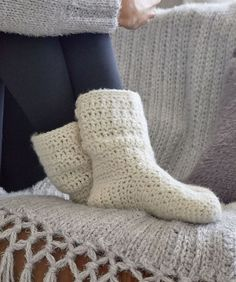 Crochet pattern socks are various. In order to make warm socks, you can use the single rib knit pattern. Single rib knit is a crochet pattern that combines knit and purl which form a vertical column. This pattern produces an… Continue Reading → Crochet Sock Pattern Free, Crochet Slipper Pattern, Crochet Shoes, Crochet Slippers, Free Crochet, Crochet Slipper Boots, Simple Crochet Patterns, Crochet Accessories Free Pattern, Slipper Socks