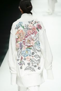 Discover recipes, home ideas, style inspiration and other ideas to try. Fashion Moda, Fashion 2017, Couture Fashion, Runway Fashion, Fashion Art, High Fashion, Womens Fashion, Fashion Design, Embroidery Fashion