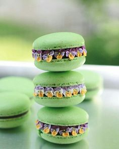 Have you ever tried Macaron? Personally, I've never had the chance to eat one. How does it taste like? These flower macarons are made… Oreo Macaron, Pistachio Macarons, Macaroon Cookies, Macaroon Recipes, Dessert Recipes, Macaroon Filling, Cute Food, Yummy Food, Cookies Decorados