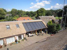 Zonnepanelen zijn populair om de duurzaamheid van een woning te vergroten. Wist je dat zonnepanelen naadloos in een rieten dak kunnen worden opgenomen?