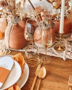 Terra cotta pots and decor on the table You are in the right place about garden pot design Here we o Wedding Table Decorations, Wedding Table Settings, Wedding Centerpieces, Centrepieces, Terracota, Boho Wedding, Dream Wedding, Wedding Day, Rustic Wedding