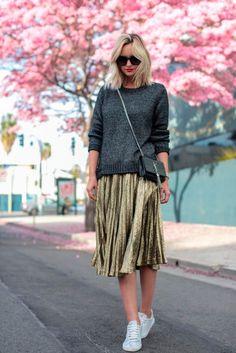 #basic #streetstyle #outfit #looks #basicos #inspiracion #inspiration #metallic #midi #skirt #sneakers #sweater #jumper #jersey