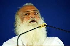 """Asaram Babu soll etwa 1,3 Milliarden Euro erwirtschaftet haben. Der Yoga-Fan vergrätzte jüngst viele seiner Anhänger, weil er der jungen Frau, die 2012 in Neu-Delhi Opfer einer tödlichen Gruppenvergewaltigung wurde, Mitschuld vorwarf, da """"eine Hand nicht klatschen kann"""". Der 73-Jährige sitzt selber wegen Vergewaltigung im Gefängnis"""