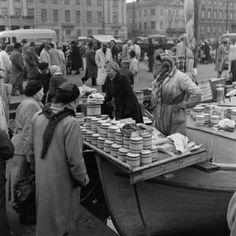1955 -1959. Kauppatori. Kalanmyyntiä kalastajien veneistä Kolera-altaalla. Kuvaaja: Volker von Bonin. Lähde: Helsingin kaupunginmuseo (CC BY-ND 4.0) Bonn