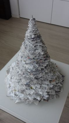 Kerstboom gemaakt van kranten! Vandaag gemaakt samen met mijn twee zoontjes.... inspiratie opgedaan op welke.nl! Ik heb een breinaald door een kurken onderzetter gedaan en daarom de kranten. Af en toe nog een stuk stevig kanton ertussen.