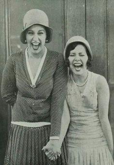 vintage everyday: 21 Emotional Vintage Pictures Show People with Their Joy Photo Vintage, Vintage Love, Vintage Beauty, Vintage Fashion, Look Gatsby, Roaring Twenties, Happy People, Smiling People, Vintage Pictures