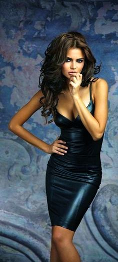 Sizzling hot studio shot of a drop-dead gorgeous model in a really snug and really low-cut little black leather dress. Black Leather Dresses, Leather And Lace, Leather Mini Dress, Sexy Dresses, Short Dresses, Long Gowns, Sexy Women, Actrices Sexy, Mode Glamour