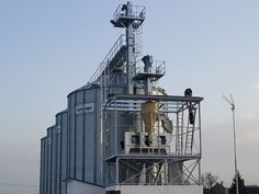 Cerealele recoltate din camp contin corpuri straine: seminte de la alte plante, boabe sparte, boabe necorespunzatoare. Inainte de uscare, inainte de selectare sau inainte de depozitare aceste cereale trebuiesc precuratite. Precuratitoarele pentru cereale cu tambur rotativ functioneaza silentios, fara vibratii, cu consum de energie redus si pot fi reglate cu usurinta. De obicei, in procesul de uscare