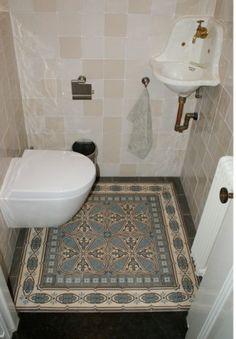 Antieke vloertegels uit de collectie van FLOORZ toegepast in toilet.