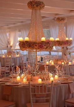 Spettacolari centrotavola illuminano i tavoli del ricevimento nuziale con cascate di cristalli Swarovsky