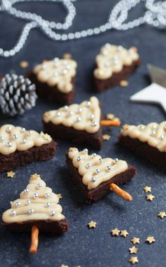 Christmas Tree Brownies - Vegan & Gluten-free If you're looking for a super healthy Christmas sweet treat that tastes naughty, but is still good for you, you need to make these brownies! Vegan Christmas Desserts, Christmas Baking, Vegan Desserts, Dessert Recipes, Vegan Food, Vegan Sweets, Healthy Christmas Treats, Vegan Recipes, Vegan Ideas