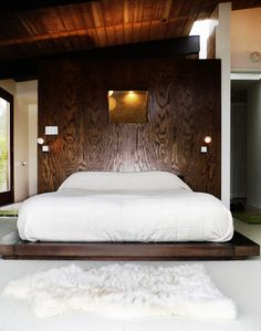 White, wood, low bed. Photo by flickr user Chimay Bleue