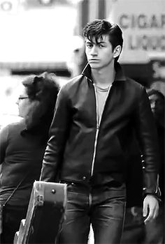 I miss his jeans + leather jacket look Alex Turner, Alex Arctic Monkeys, Alex Love, Monkey 3, The Last Shadow Puppets, 5sos, Aesthetic Indie, Cute Guys, Pretty Boys