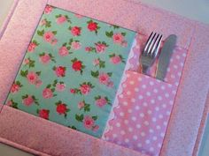 Decora y da mas vida a tu mesa elaborando unos bonitos mantelitos. Para haerlos necesitas conocimientos básicos en costura y maquna de cocer...