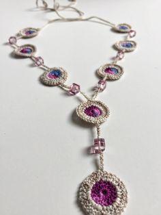 Questa elegante collana è stata effettuata a motivi alluncinetto bella, usando le perle di vetro in mezzo. I colori sono luminosi e delicati, il risultato è luminoso e affascinante. Ho usato perline di vetro e filo di cotone 100%. Tutte le mie creazioni sono uno di un genere.