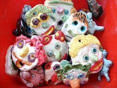 Petits masques en terre cuite émaillée. Travaux d'enfants. Saison 2015-2016. Ateliers de la rue Raisin. Saint-Étienne.