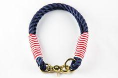 """**Ausgefallenes festes Halsband, farbig betakelt** · Tau """"Blue Marlin"""" · Farbe Navy · Takling Rot/Weiß · festes Halsband, nicht längenverstellbar · Karabiner und Ring fest vernäht · 100%..."""