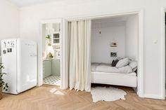 Coin chambre avec rideau