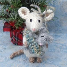Mouse pattern by ViolaSueKnits Knitted Animals, Felt Animals, Felt Ornaments, Christmas Ornaments, Crochet Mouse, Felt Mouse, Christmas Knitting, Diy Doll, Cute Dolls
