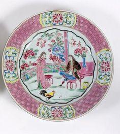 Chine, Cie des Indes. Rare assiette ronde en porcelaine décorée en émaux polychromes de la famille rose, dans le style européen d'un couple sur une terrasse fleurie.Vers 1730. XVIIIème siècle. Photo DUPONT & Associés